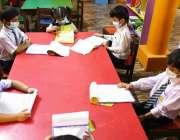 حیدرآباد، لطیف آباد کے مقامی سکول میں بچے ایس او پیز پر عمل کرتے ہوئے ..