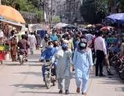 لاہور : کرونا وائرس کے بڑھتے ہوئے کیس کے باوجود ہال روڈ بازار میں شہریوں ..