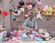 لاہور: ایک محنت کش بچوں کے کھلونے فروخت کرنے کیلئے بیٹا ہے۔