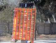 راولپنڈی: محنت کش نے سڑک کنارے دھوپ کے چشمے فروخت کیلئے سجارکھے ہیں۔