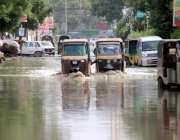 کراچی بارش کے باعث خراب ہونیوالے رکشہ کو دوسرا رکشے والا پاؤں سے دھکیل ..