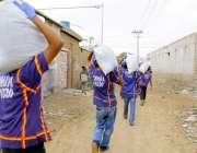 کراچی، چھیپا ویلفئیر ٹرسٹ کے کارکن مختلف علاقوں میں گھر گھر جا کر راشن ..