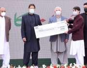 پشاور، وزیراعظم عمران خان کامیاب جوان پروگرام کے تحت ایک نوجوان کو ..