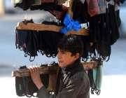 راولپنڈی: ایک نوجوان کمیٹی چوک میں مختلف سامان فروخت کررہا ہے