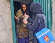 لاہور، باغبانپورہ کے علاقے میں لیڈی ہیلتھ ورکر ایک بچے کو پولیو سے ..