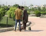 لاہور: گریٹر اقبال پارک میں سیروتفریح کیلئے آئے نوجوان اپناوزن چیک ..
