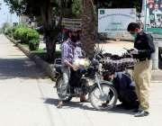 حیدرآباد، کورونا وائرس کے باعث لاک ڈائون میں پولیس اہلکار موٹرسائیکل ..