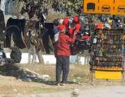 راولپنڈی: آئی جے پی روڈپرمحنت کش ٹوپیاں اورعینکیں فروخت کیلئے سجار ..