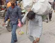 لاہور : شاہ عالمی مارکیٹ میں مزدور کمر پر بوجھ اٹھائے جارہا ہے۔