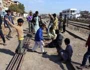 حیدرآباد: قریب ریلوے اسٹیشن پر بچے ریل کی پٹریوں پر کھیل رہے ہیں۔