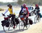 حیدرآباد: بولان سائیکل سوار کوئٹہ سے کراچی جاتے ہوئے کنٹونمنٹ روڈ سے ..