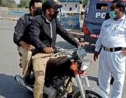 کراچی: نارتھ ناظم آباد میں ٹریفک پولیس اہلکار نے ڈبل سواری کی خلاف ورزی ..