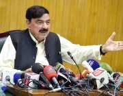 لاہور : وفاقی وزیر ریلوے شیخ رشید احمد ہیڈ کوارٹر میں پریس کانفرنس کررہے ..