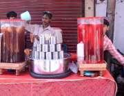 لاہور: دکاندار سڑک کے کنارے روایتی شربت فروخت کررہا ہے