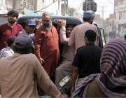 حیدر آباد: کلاتھ مارکیٹ میں کاروبار کھولنے والے دوکانداروں کو پولیس ..