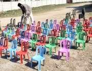 لاہور : مغلپورہ میں ایک شخص گاہکوں کو متوجہ کرنے کیلئے پلاسٹک کی کرسیاں ..