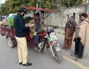 راولپنڈی: ایکسائز اینڈ ٹیکسیشن حکام شہر میں ایک مہم کے دوران موٹرسائیکلوں ..