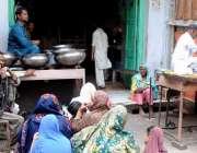 حیدرآباد خواتین افطار سے قبل ایک ہوٹل پر کھانے کے لیے بیٹھی ہیں۔