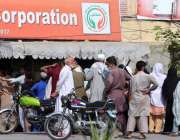 راولپنڈی ، عوام کی بڑی تعداد ایک یوٹیلٹی سٹور کے باہر سستی چینی حاصل ..