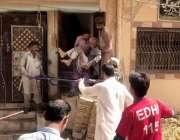 سکھر: دبہ روڈ پرانہ سکھر پرمکان کی چھت گرنے کے باعث زخمی افرا کو علاج ..