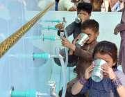 لاہور : سرور فاونڈیشن کی جانب سے لگائے گئے فلٹریشن پلانٹ سے بچے پانی ..