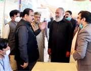 لاہور: وزیراعلی پنجاب سردار عثمان بزدار دیپالپور کے دورے کے دوران گندم ..