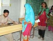 حیدرآباد، نور محمد ہائی سکول میں حکومتی اہلکار ایک خاتون کو احساس پروگرام ..