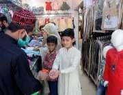 راولپنڈی: موتی بازار میں دکاندار آنے والے گاہکوں کو سینی ٹائزر سے ہاتھ ..