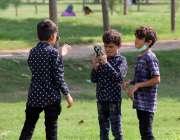 لاہور : مقامی پارک میں سیر کیلئے آئے ہوئے بچے ٹک ٹاک ویڈیو بنارہے ہیں۔