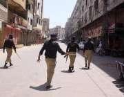 حیدرآباد، کورونا وائرس کے باعث 5 بجتے ہی پولیس اہلکار دادن شاہ کے علاقے ..