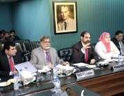 لاہور: لاہور چیمبر کے صدر عرفان اقبال سیمینار سے خطاب کررہے ہیں جبکہ ..