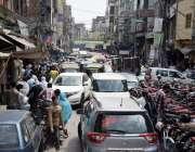 لاہور: لاک ڈاون میں نرمی کے بعد انار کلی بازار میں گاڑیوں کا رش لگا ہوا ..