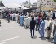 لاہور: نادرا کے دفتر کے باہر شہری قطاریں بنائے کھڑے ہیں۔