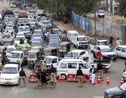 کراچی، لاک ڈائون کے چوتھے روز سہراب گوٹھ کے قریب سپر ہائی وے سے شہر ..