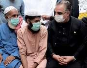 کراچی: گورنرسندھ عمران اسماعیل معصوم مرواہ کے والد اظہار تعزیت کررہے ..