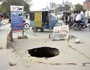 فیصل آباد: جڑانوالہ روڈ کے وسط میں ایک کھلا مین ہول کسی بھی حادثے کا ..
