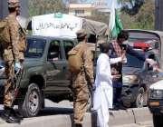 راولپنڈی، انتظامیہ اور پاک فوج کے جوان شہریوں میں گلوز اور ماسک تقسیم ..