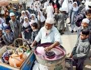 کراچی: اسکول کے باہر طلبہ کے لئے کینڈی بنانے والا دکاندار