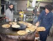 لاہور:رمضان المبارک کے موقع پر فروش سحری کے وقت گاہکوں کے لئے پراٹھا ..