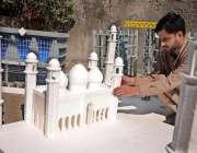 راولپنڈی: اردو بازار میں کاریگر بادشاہی مسجد کا ماڈل بنانے میں مصروف ..