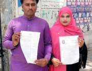 کراچی پریس کلب کے سامنے گوٹکی کا رہائشی  جوڑا حاکم علی اور ریما بی بی ..