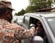 کراچی، لاک ڈائون کے چوتھے روز رینجرز اہلکار سڑکوں پر سفر کرنے والے ..