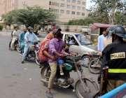کراچی، لاک ڈائون کے 15 ویں روز پولیس اہلکاروں نے ٹاور پر شہریوں کو آگے ..