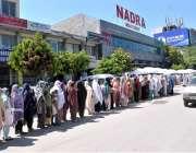 اسلام آباد: کوویڈ 19 وبائی وباء کے دوران احتیاطی اقدام کے بغیر نادرا ..