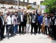 کراچی، سٹی کورٹ کے سامنے گلگت بلتستان کے طلبہ لاک ڈائون کے باعث اپنے ..