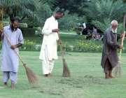 لاہور: پی ایچ اے کے ملازمین جیلانی پارک میں صفائی کر رہے ہیں۔