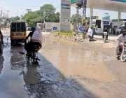 راولپنڈی: ٹوٹ پھوٹ کا شکار ڈھوک رتہ روڈ پرکھڑے پانے کے باعث شہریوں کو ..