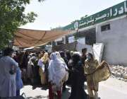 فیصل آباد: کواڈ  19 وبائی وبا کے دوران احتیاطی اقدام کے بغیر نادرا آفس ..