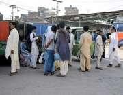 لاہور : لاری اڈامیں مسافر اپنے آبائی علاقوں کو جانے کیلئے بس کے انتظار ..