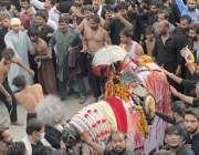 راولپنڈی: یوم عاشورہ کے مرکزی جلوس میں عزادار زنجیرزنی کررہے ہیں۔